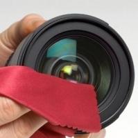 Không nên thổi bụi để làm sạch ống kính máy ảnh