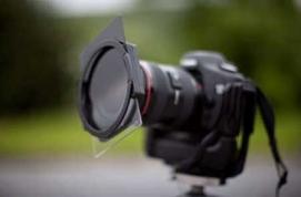 Dùng kính lọc (polarizer filter) để giảm sự phản chiếu trên mặt nước