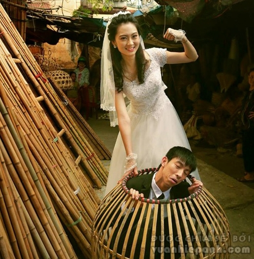 Cặp đôi chụp ảnh cưới giữa chợ bình dân