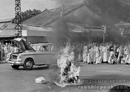 """Bức """"Nhà sư tự thiêu"""" do nhiếp ảnh giaMalcolm Browne thực hiện năm 1963"""