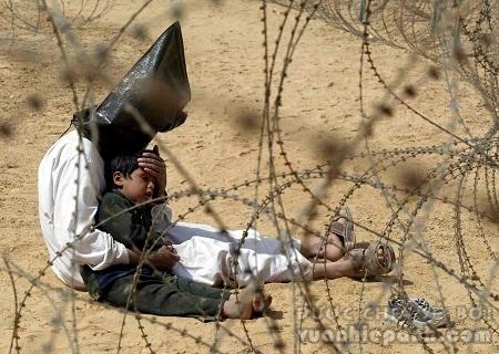 """Bức ảnh """"Tù nhân chiến tranh ngườiIraq"""" được thực hiện năm 2002 bởi nhiếp ảnh gia Jean-Marc Bouju"""