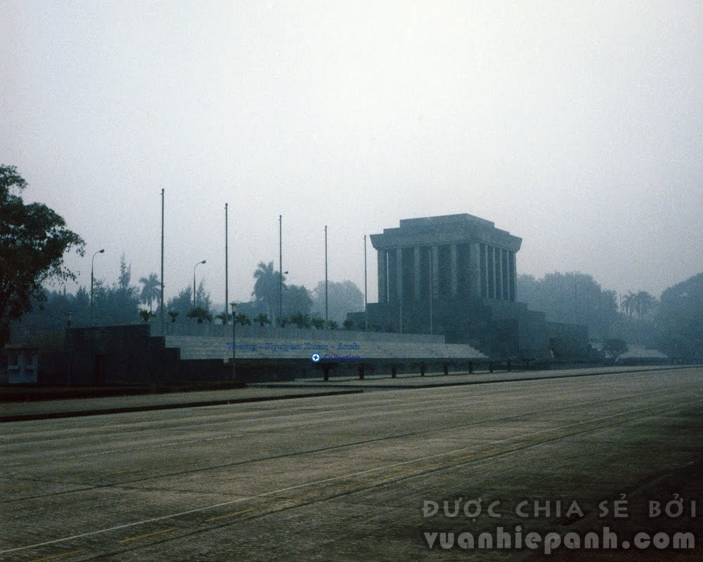 Lăng Chủ tịch Hồ Chí Minh (1986). Lăng Chủ tịch Hồ Chí Minh được chính thức khởi công ngày 2 tháng 9 năm 1973, tại vị trí của lễ đài cũ giữa Quảng trường Ba Đình, nơi ông đã từng chủ trì các cuộc mít tinh lớn. Lăng được khánh thành vào ngày 29 tháng 8 năm 1975.