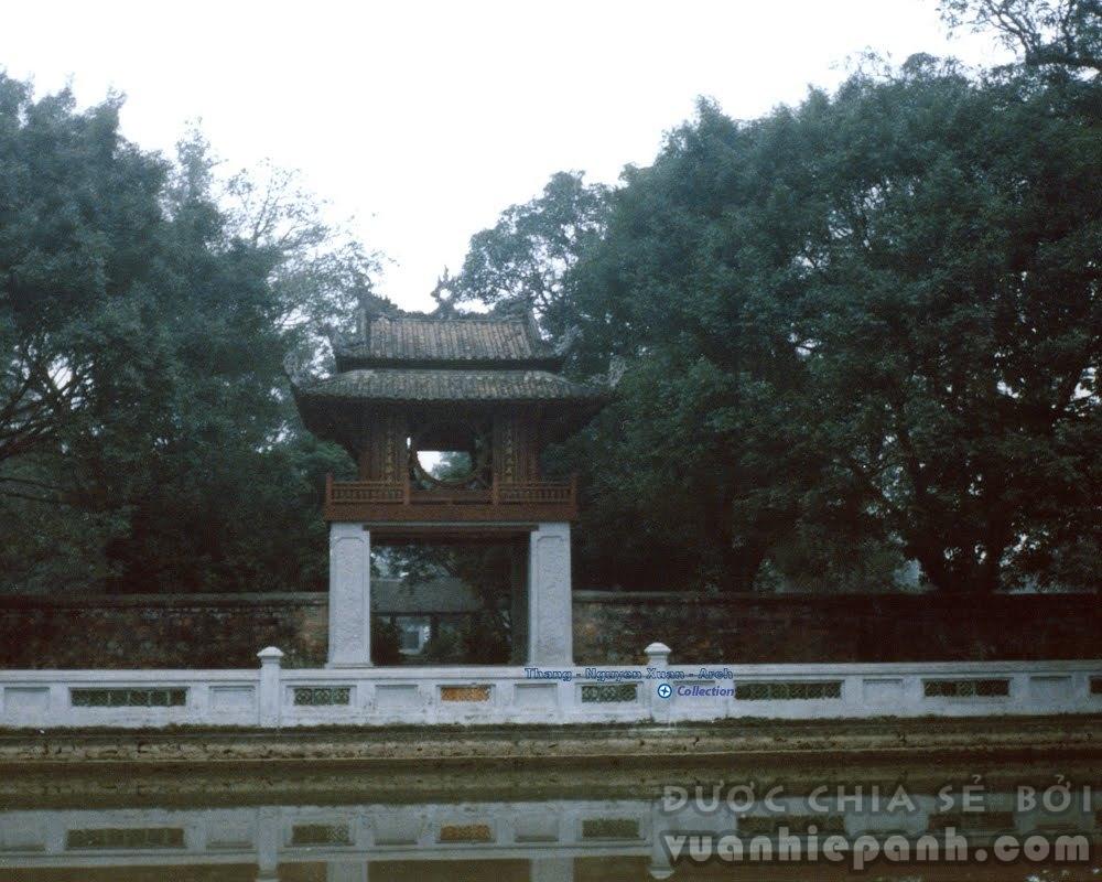 Văn Miếu Quốc Tử Giám 1986. Văn Miếu được xây dựng từ năm (1070) tức năm Thần Vũ thứ hai đời Lý Thánh Tông.
