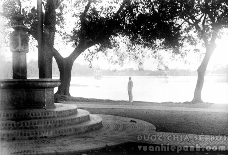 Những năm 1920. Vườn hoa cạnh Hồ Gươm, góc Hàng Khay/Đinh Tiên Hoàng bây giờ. Cái đài ở góc trái ảnh giờ không còn nữa. Ảnh: Charles Peyrin