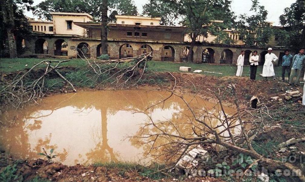Hà Nội 1972 - Hố bom trong sân bệnh viện Bạch Mai.