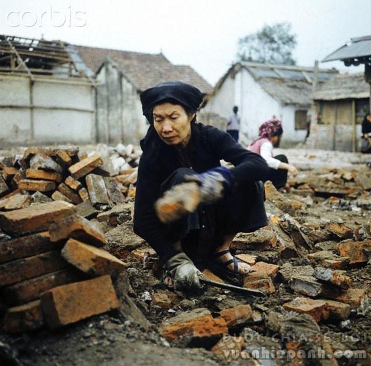 Hà Nội 1973 - nhặt nhạnh gạch để dựng lại nhà tại phố Khâm Thiên.
