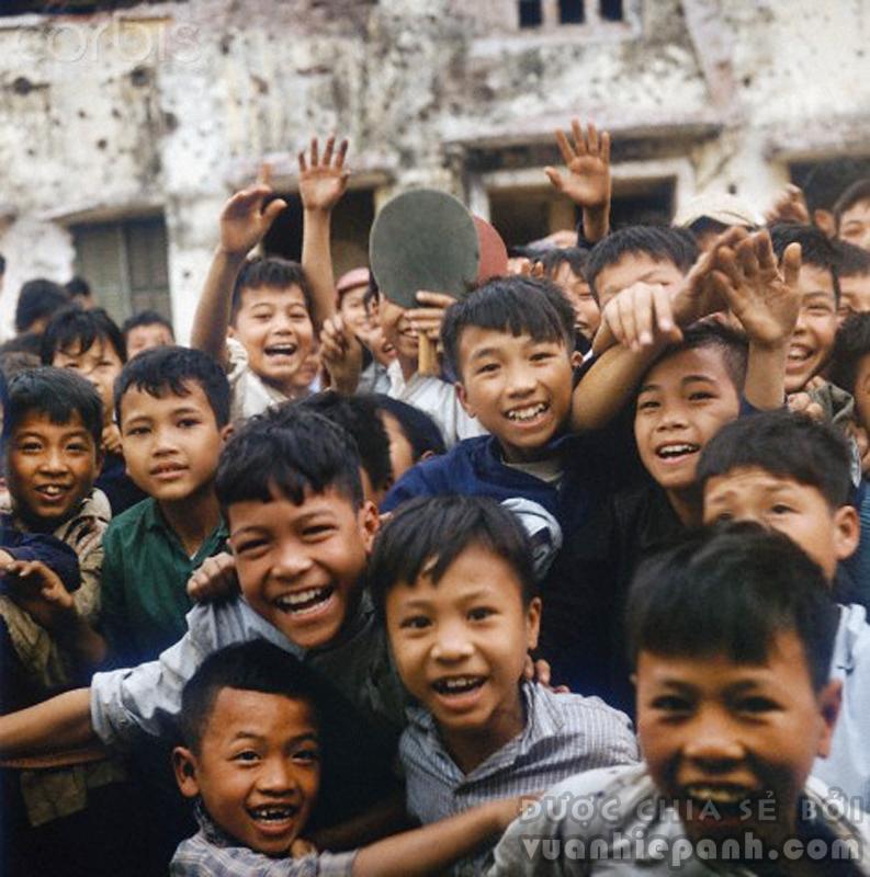 Trẻ em đùa nghịch với nhiếp ảnh gia, Tháng Ba 1973. Hiệp định Paris được ký kết vào ngày 27 tháng 1 năm 1973 như một thắng lợi quan trọng của Việt Nam Dân chủ Cộng hòa. Ngày 29 tháng 3 năm 1973, quân nhân Mỹ cuối cùng rời Việt Nam, chấm dứt mọi can thiệp quân sự trực tiếp của Hoa Kỳ đối với vấn đề Việt Nam, Hoa Kỳ sẽ chỉ còn duy trì viện trợ và cố vấn quân sự. Từ nay chỉ còn Quân lực Việt Nam Cộng hòa đơn độc chống lại Quân đội nhân dân Việt Nam và Quân giải phóng miền Nam Việt Nam đang ngày càng mạnh. Ảnh: Werner Schulze