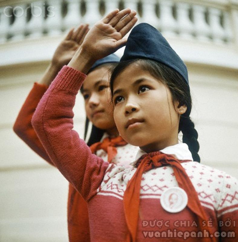 Đội viên thiếu niên Tiền Phong quàng khăn đỏ, Hà Nội 1973. Ảnh: Werner Schulze