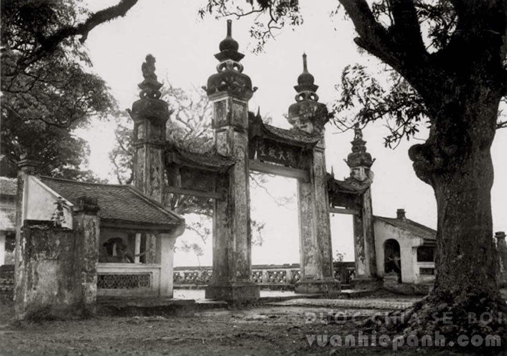 Cổng tam quan chùa Láng.
