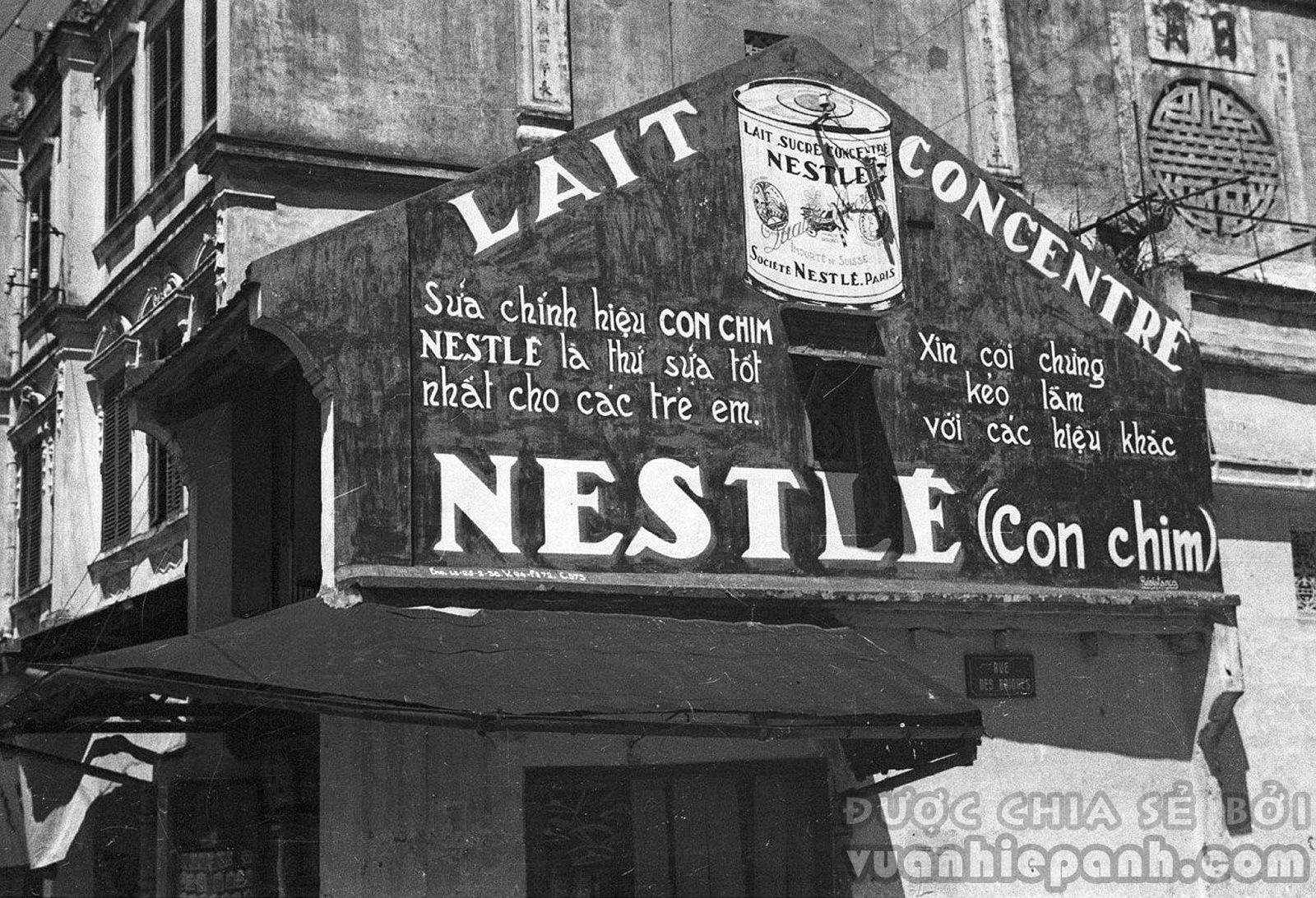 Hà Nội 1940. Một biển quảng cáo sữa đặc Nestle.