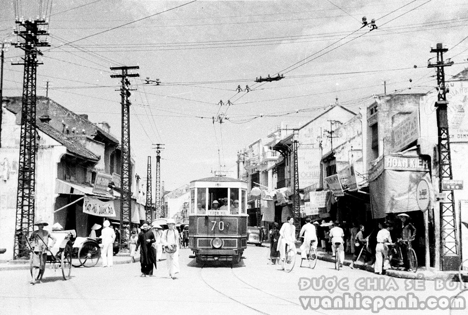 Hà Nội 1940. Tàu điện trên phố Hàng Đào.
