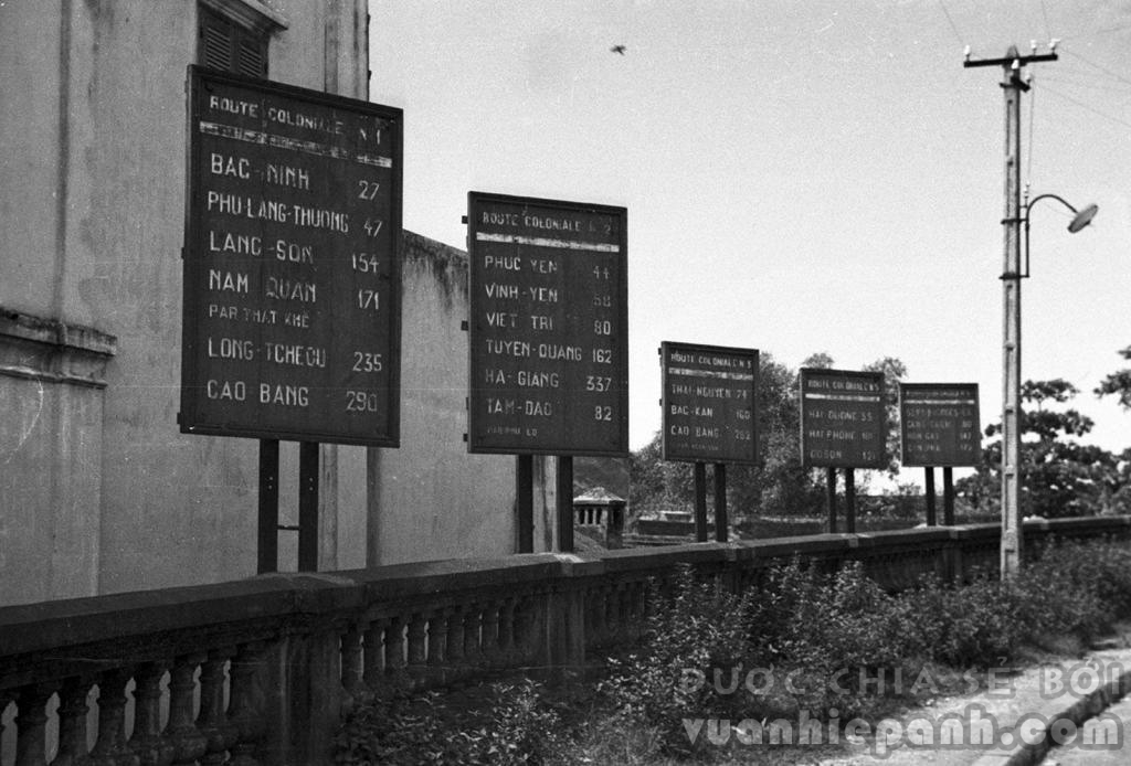 Bảng hiệu tính khoảng cách từ Hà Nội đến các tỉnh miền Bắc ở đầu cầu Long Biên. 1940. Ảnh: Harrison Forman