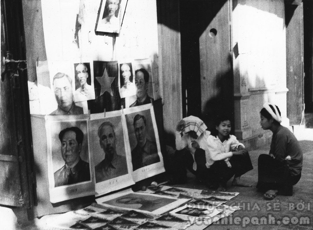 Bán ảnh các lãnh tụ Cộng sản trên đường phố Hà Nội ngày 11-10-1954.