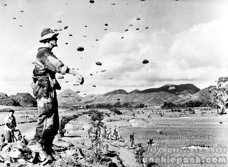 Ngày 17 tháng 7 năm 1953, lúc 08h sáng, Trung úy Rivier, Y sĩ trưởng của Tiểu đoàn 6 Nhảy dù Thuộc địa đứng quan sát đơn vị mình đang hạ xuống bằng dù (tại phía bắc Lạng Sơn, dọc theo Quốc Lộ 4) trong chiến dịch 'Chim én'. Chiến dịch này nhằm mục đích phá hủy các kho vũ khí và trang thiết bị ở gần thành phố Lạng Sơn, mà đã trở thành một trung tâm tiếp nhận vũ khí do nước Cộng hòa Nhân dân Trung Quốc giúp Việt Minh kể từ tháng 10 năm 1950.