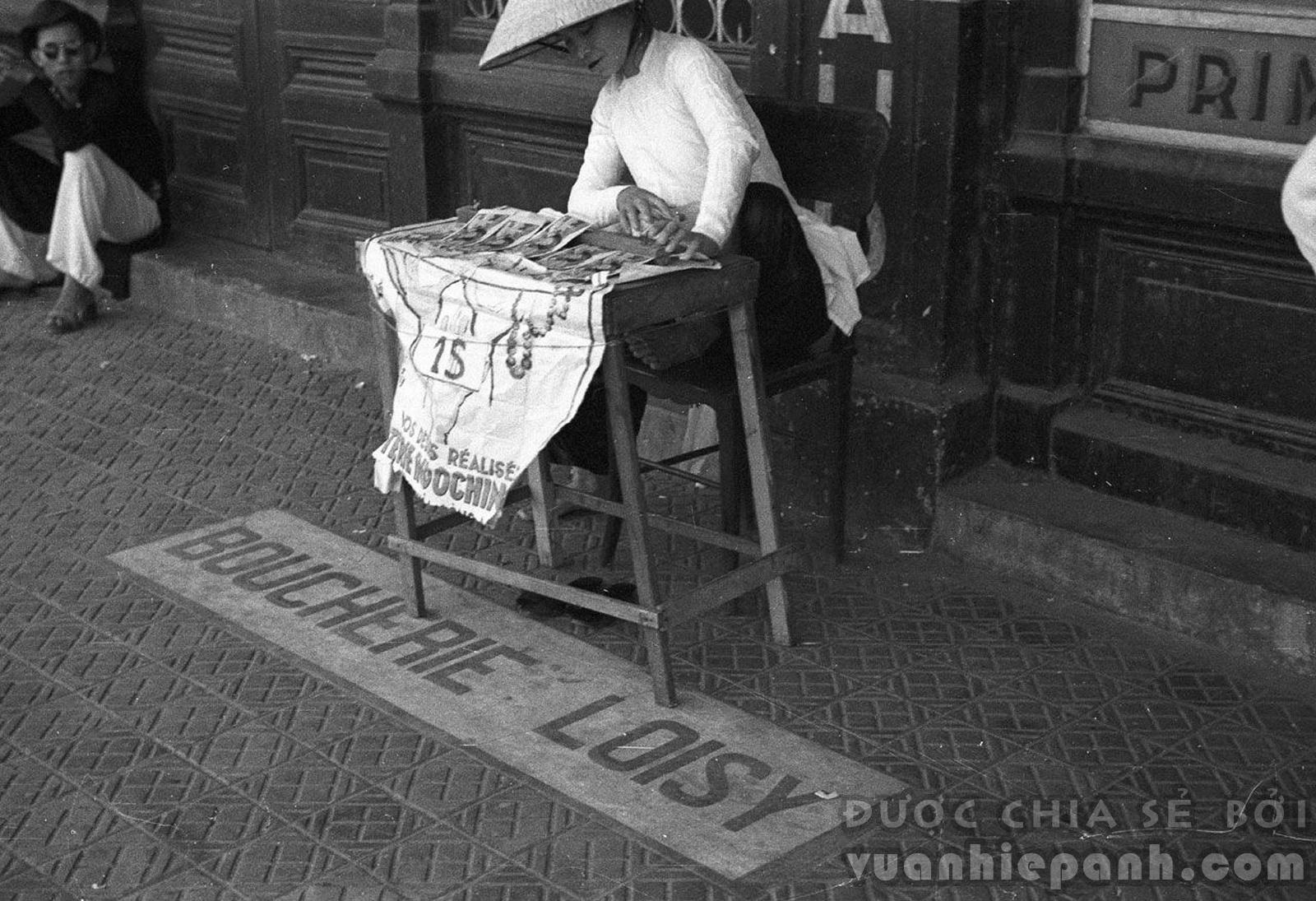Hà Nội 1940. Một cửa hàng vé số dạo.