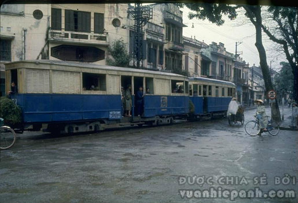 1967. Xe điện chạy qua trung tâm Hà Nội (Phố Hàng Bông, cạnh vườn hoa Cửa Nam)