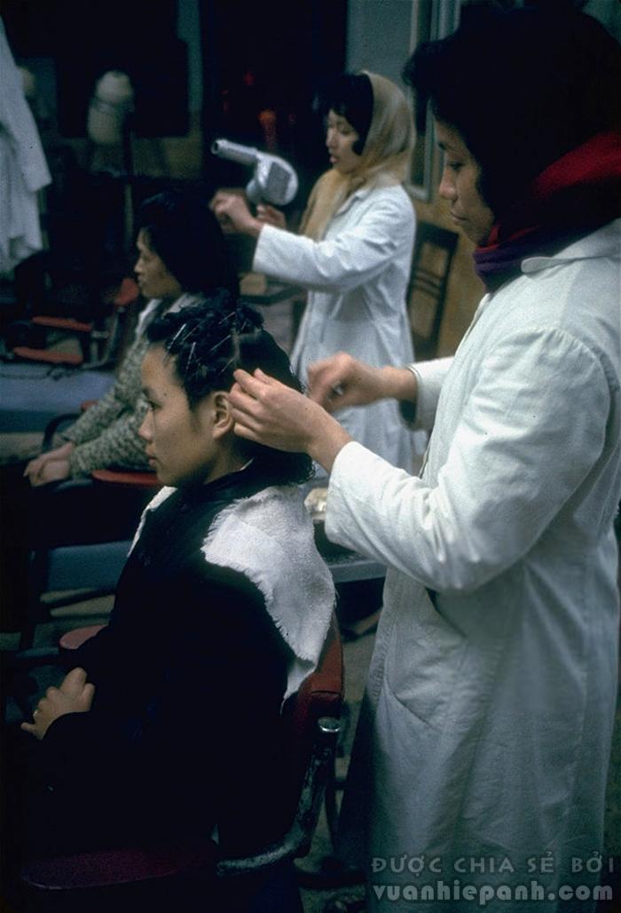Hà Nội 1967, một cửa hàng làm tóc.