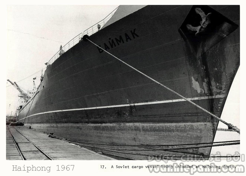 Tàu Liên Xô bốc dỡ hàng hóa tại cảng Hải Phòng, 1967.