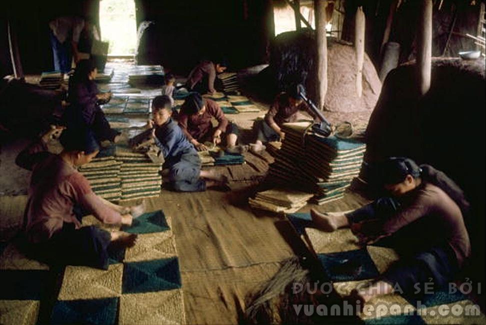 Thợ dùng cối xay thô sơ để nghiền những quả dâu dùng nhuộm sợi gai dầu