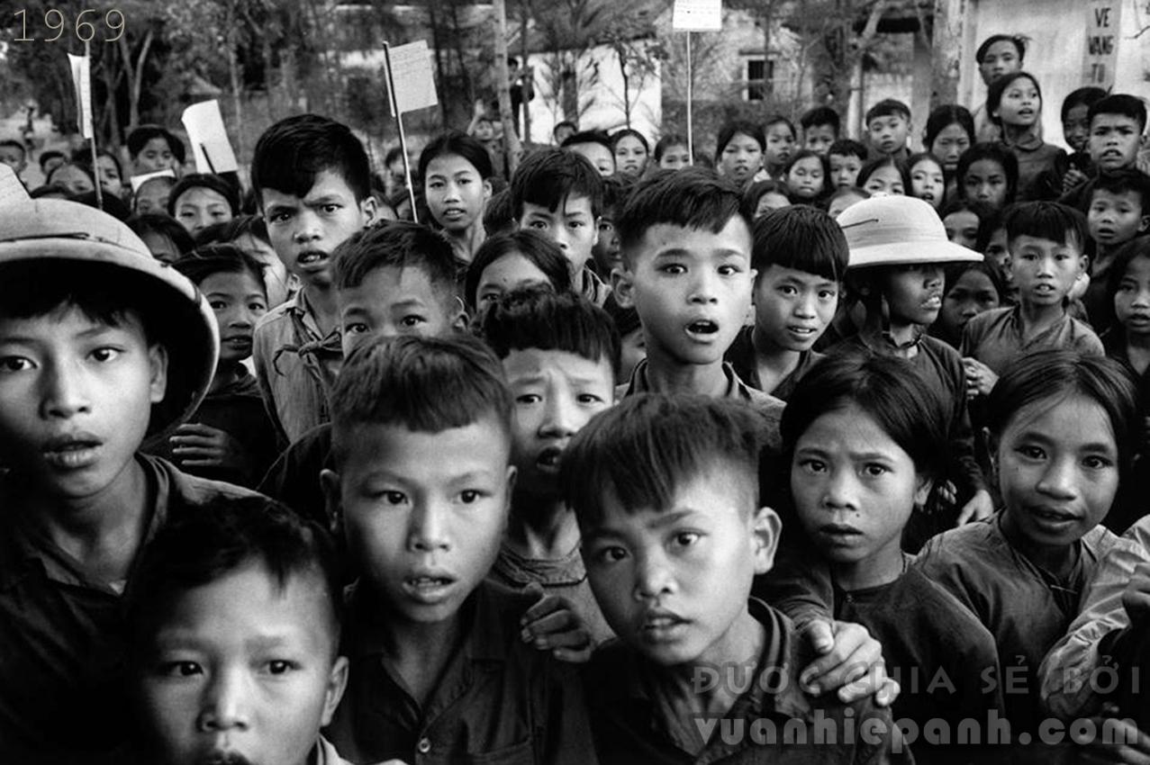 1969. Khuôn mặt trẻ em khi lần đầu nhìn thấy người phương Tây.