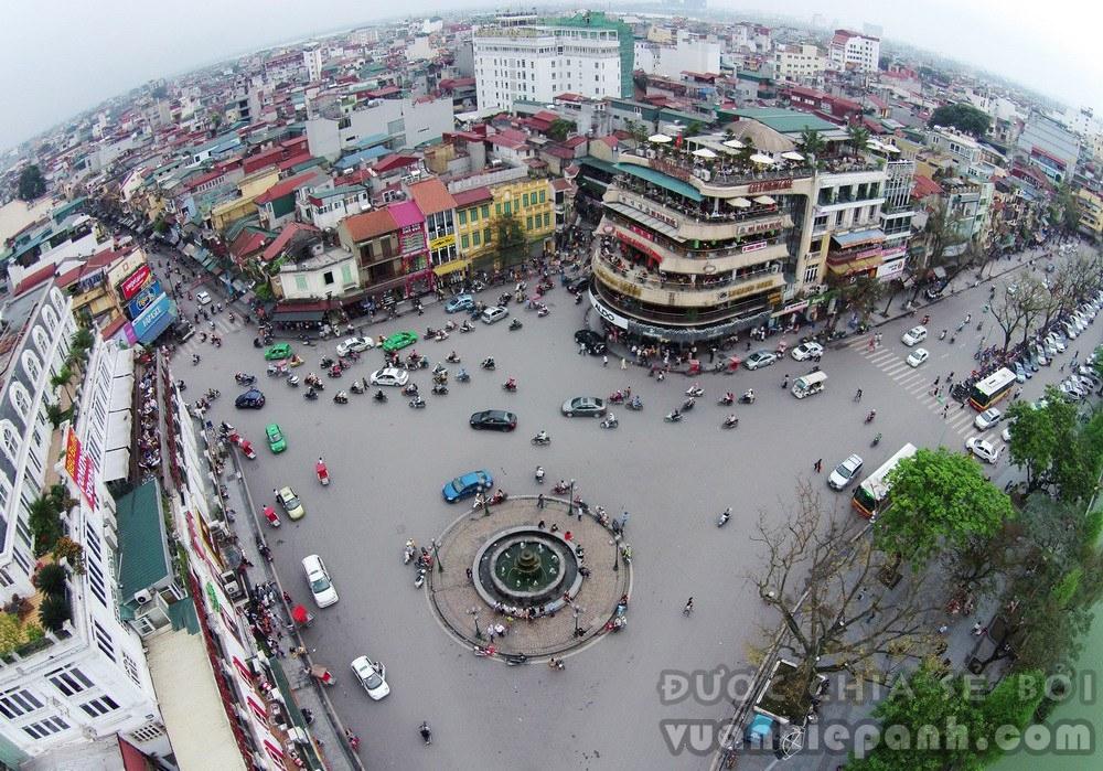 Quảng trường Đông Kinh Nghĩa Thục nằm ở phía Đông Bắc quận Hoàn Kiếm, gần hồ Gươm và các tuyến phố Hàng Ngang, Cầu Gỗ, Hàng Gai và Đinh Tiên Hoàng. Thời Pháp thuộc quảng trường này có tên là Place Négrier.