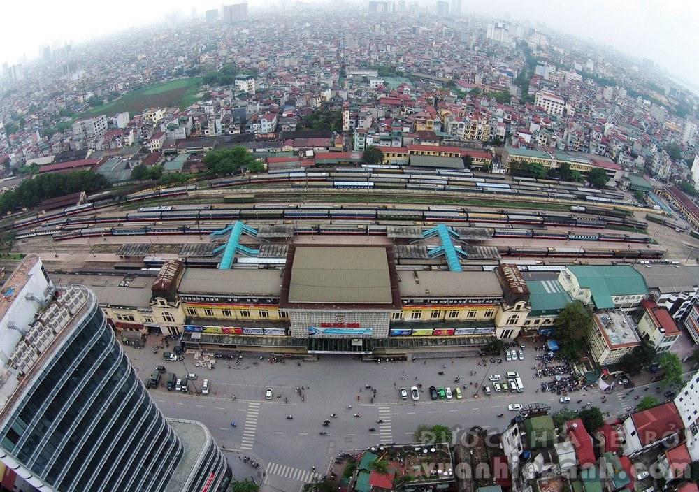 Ga Hà Nội (trước kia gọi là Ga Hàng Cỏ) là nhà ga đường sắt chính của thủ đô. Ga gồm hai khu ở hai cửa khác nhau. Để đi từ Hà Nội vào các tỉnh, thành phố phía Nam hành khách sẽ đi cửa hướng đường Lê Duẩn, còn phía Bắc khách sẽ đi từ cửa khu B trên phố Trần Quý Cáp.