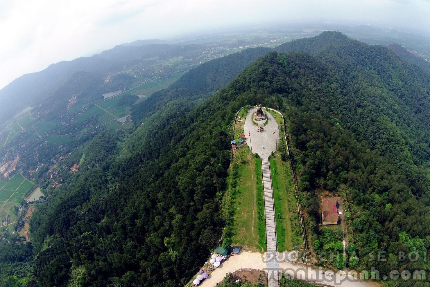 Nơi đây có tượng đài Phù Đổng Thiên Vương khánh thành năm 2010, được đúc bằng đồng nguyên khối theo phương pháp thủ công, nặng hơn 85 tấn, cao 15m với độ vươn xa 16m.