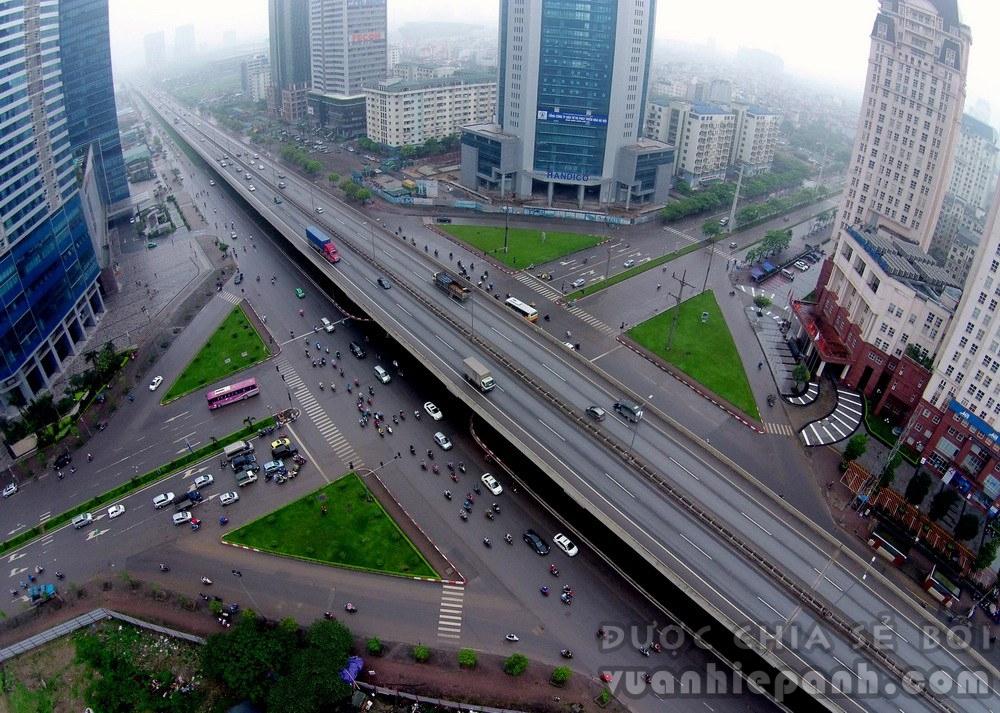 Đường trên cao đầu tiên ở thủ đô đoạn có tòa nhà 72 tầng, cao nhất Việt Nam - Keangnam. Đường có tổng chiều dài toàn tuyến 15km, 4 làn xe, ô tô được phép chạy tốc độ tối đa 100km/h. Read more: http://forum.vietdesigner.net/threads/chum-anh-canh-dep-ha-noi-qua-goc-may-dac-biet.53526/#ixzz3RlWdXRJX