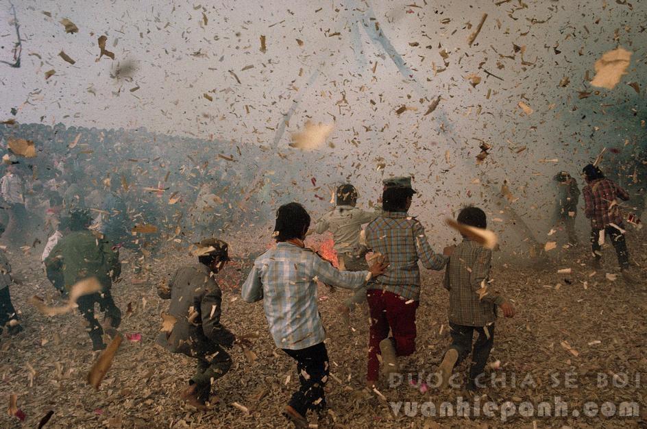 Hà Nội Tết 1989, trẻ con nghịch pháo. Ảnh: David Alan Harvey