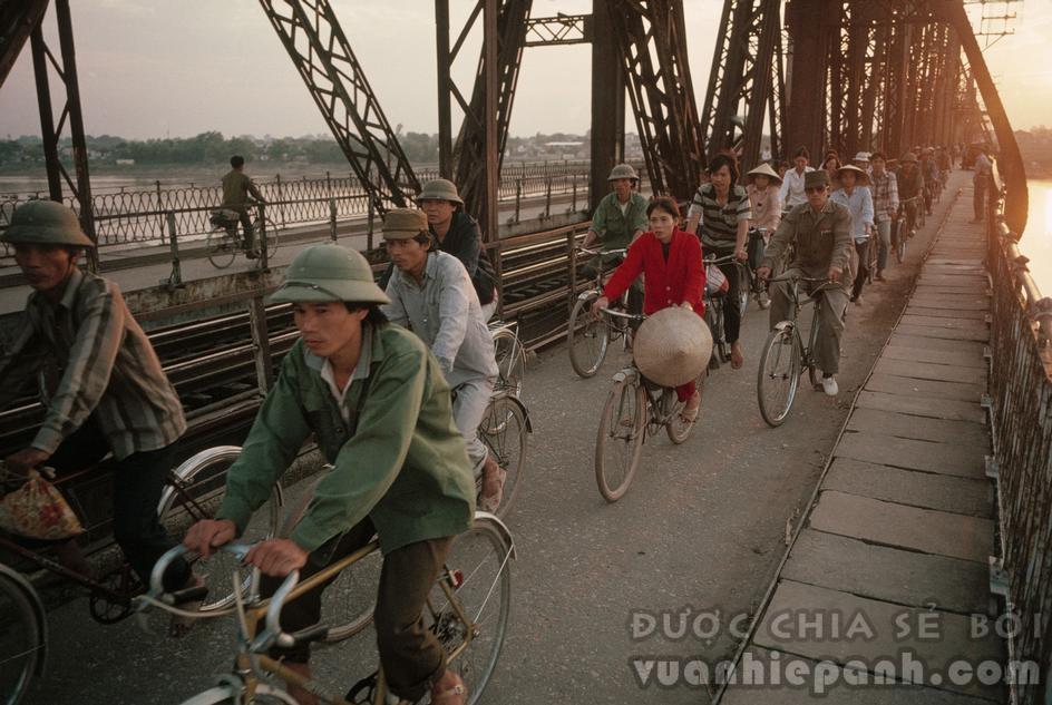 Cầu Long Biên lúc hoàng hôn, những người dân đang về nhà sau một ngày lao động mệt nhọc. 1989. Ảnh: David Alan Harvey