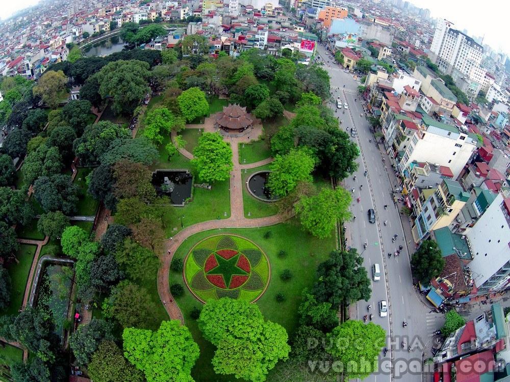 Vườn hoa Văn Miếu với khu nhà bát giác, bên cạnh là phố Tôn Đức Thắng.