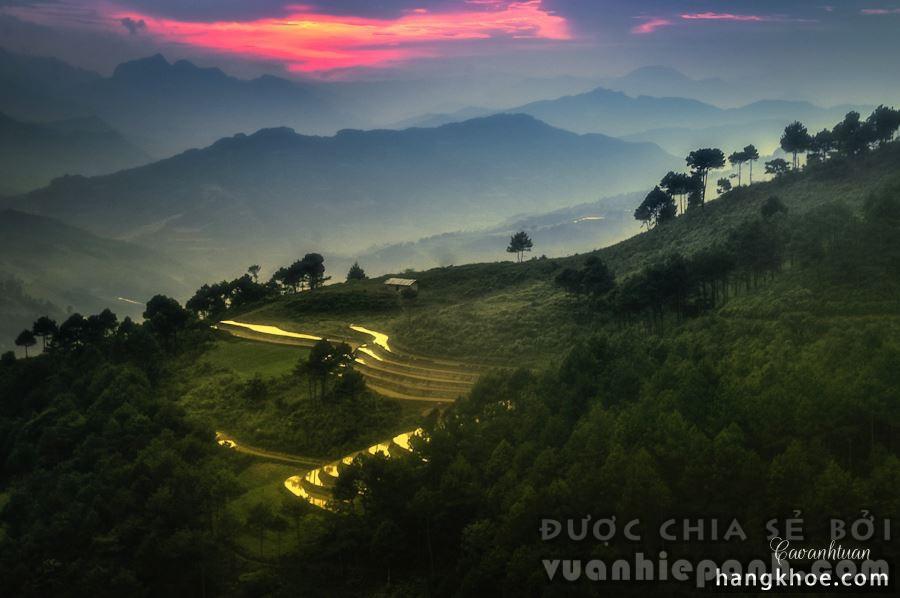 Nằm ở độ cao hơn 1.000m, cao nguyên Đồng Văn nằm ở tỉnh Hà Giang là mảnh đất địa đầu cực Bắc của Việt Nam. Cao nguyên này đã được UNESCO công nhận là Công viên địa chất toàn cầu vì những điểm độc đáo trong cấu tạo địa chất. Đối với khách du lịch, đây là nơi có nhiều danh lam thắng cảnh tuyệt đẹp, văn hóa độc đáo của các dân tộc thiểu số, khí hậu luôn ôn hòa mát mẻ.