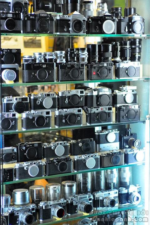 Một gian hàng bày bán ống kính và máy ảnh cũ tại Hàn Quốc. Ảnh: Nguyễn Tiến Hòa.